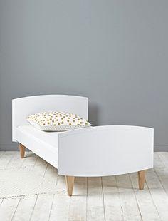 Ligne épurée et courbes légèrement arrondies pour ce lit en bois au design actuel, chic et aux finitions soignées. DétailsTête et pied de lit bordés d