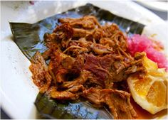 Esta es la receta de cochinita pibil tradicional. Para conseguir que quede espectacular es necesario marinar la carne de cerdo durante una noche entera en la salsa de achiote. Se cocina en el horno a fuego bajo durante 1.5 horas. Queda realmente suave y l