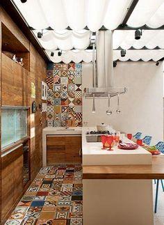 Com ladrilhos hidráulicos.  http://www.decorfacil.com/55-cozinhas-em-l/