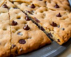 Chip Cookie Pizza That easy recipe for classic chocolate chip cookie pizza! Makes a giant cookie pizza perfect for sharing. Recipe on That easy recipe for classic chocolate chip cookie pizza! Makes a giant cookie pizza perfect for sharing. Cookies Receta, Sugar Cookies Recipe, Cookie Recipes, Big Cookie Recipe, Pizza Recipes, Easy Recipes, Köstliche Desserts, Delicious Desserts, Dessert Recipes