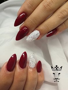 Glitter almond nail art designs are very suitable for summer. Glitter on your nails will catch everyone's eyes. You can try to design with nude nails and gold glitter nails. Christmas Gel Nails, Christmas Nail Art Designs, Holiday Nails, Christmas Design, Xmas Nail Art, Christmas Christmas, Red Nail Art, Almond Nail Art, Fall Almond Nails