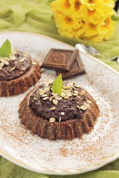 Raw Vegan mini tarts- easy to make and absolutely delicious. (in Romanian) Raw Vegan Recipes, Healthy Recipes, Vegan Raw, Healthy Foods, Mini Tart, Raw Desserts, Food Allergies, Healthy Baking, Sweet Tooth