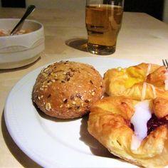 Petit-déjeuner en #Islande😍😍😘 #travel #bloggertravel #roadtrip #iceland #spandauer #danishpastry #food #breakfast #breakfast #ricekrispies #cerealbread#jam#cereals#bread#icelandbreakfast #applejuice #pastries #instafood #apple #instagood#foodporn #follow4like #l4like #l4l #like4like