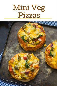 Easy homemade pizza recipe from scratch. Mini veg pizzas, a perfect snack for kids. Vegetarian Platter, Best Vegetarian Recipes, Vegetarian Food, Indian Food Recipes, Veg Pizza Recipe, Pizza Recipes, Winter Recipes, Summer Recipes, Easy Homemade Pizza