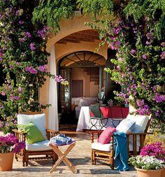 Situada en Menorca, está casa lo tiene todo para disfrutarla todo el año. Una piscina, un porche envidiable y un gran salón comedor para compartir.