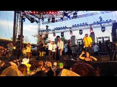 This sign language interpreter is *killing* it! // Wutang bonnaroo 2013 - YouTube