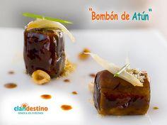 Thunfisch-Bombon. Thunfisch-Tataki eingehüllt in Schokolade mit gebratene Zwiebeln und geriebene Haselnüssen.