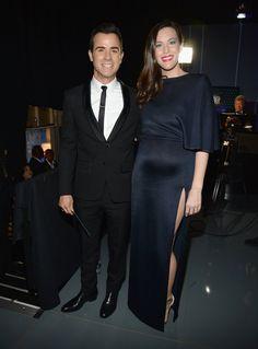 Pin for Later: Liv Tyler zeigt ihren wachsenden Babybauch zum ersten Mal auf dem roten Teppich Liv Tyler mit Justin Theroux bei den Critics' Choice Awards