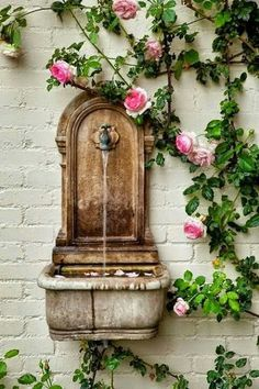 Photo (Gypsy Purple home.) - Susanne Schulz - Photo (Gypsy Purple home.) Wild roses: The taste of Petrol and Porcelain Italian Garden, Italian Courtyard, French Courtyard, Tuscan Garden, Italian Summer, Purple Home, Water Features In The Garden, Outdoor Water Features, Climbing Roses