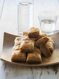 Μπακλαβάς με φιστίκι Greek Desserts, Fun Desserts, Food Styling, Greek Dishes, Cheesecakes, New Recipes, Food To Make, French Toast, Sweets