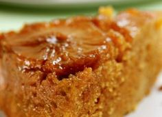 """Preparado com açúcar demerara e abacaxis frescos, este bolo é uma delícia! <a href=""""http://mdemulher.abril.com.br/culinaria/receitas/receita-de-bolo-abacaxi-light-692592.shtml"""" target=""""_blank"""">Aprenda a fazer</a>"""