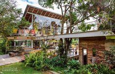 """Do mezanino, é possível acessar o terraço sobre a sauna pela passarela de 5 m de extensão. """"Pensei neste conjunto de circulações aéreas para criar rotas de visualização da arquitetura. Uma promenade, como dizia [o arquiteto franco--suíço] Le Corbusier"""", explica Rodrigo Simão."""
