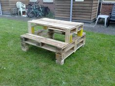 ~T~ Love this picnic table made from pallets