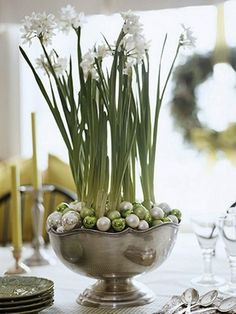 Top your Christmas table with - Pretty paperwhites Place paperwhites in a large compote or bowl. Cover the potting soil with mini ball ornaments in colors that coordinate with your holiday scheme. Noel Christmas, Simple Christmas, All Things Christmas, Winter Christmas, Christmas Crafts, Christmas Paper, Christmas Balls, Christmas Ornaments, Christmas Flowers