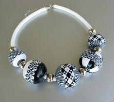 Selbstgemachte Häkelkette mit Hollow Beads nach online-Kurs mit Christine Dumont. Die Schwarz-weissen Canes sind mit  dem Extruder gemacht.