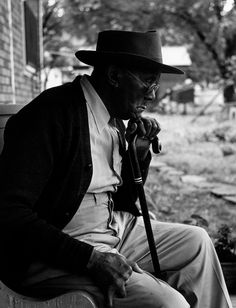 Gordon Parks was only a teenager when he left his hometown of Fort Scott, Kansas. The youngest of Parks chose to make a living for himself after his mother passed away, and wound up becoming the first African American photographer for Life Magazine. Gordon Parks, Tina Modotti, Walker Evans, Kansas, Fort Scott, The Great Migration, Portraits, Park Photos, Foto Art