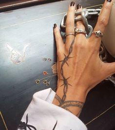 Okay I don't like barbed wire tattoos but the way this one flows is really nice Okay, ich mag keine Stacheldraht-Tattoos, aber die Art und Weise, in der dieses fließt, ist wirklich nett Hand Tattoos, Rebellen Tattoo, Tattoos Motive, Thorn Tattoo, Grunge Tattoo, Dope Tattoos, Piercing Tattoo, Finger Tattoos, Body Art Tattoos