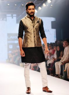 Raghavendra Rathore Brings In The Royalty With Riteish Deshmukh On Day 2 Of Lakmé Fashion Week! Wedding Dress Men, Indian Wedding Outfits, Wedding Suits, Indian Outfits, Men's Wedding Wear, Indian Weddings, Farm Wedding, Wedding Couples, Boho Wedding