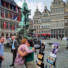 Blij om te lopen in de broeders en zusters zusters terwijl hij op vakantie. In Antwerpen, België. Foto gedeeld door @ blashuk00