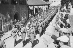 1938, Autriche, Imst, Défilé de la police allemande dans les rues de la ville au cours de l'Anschluss |