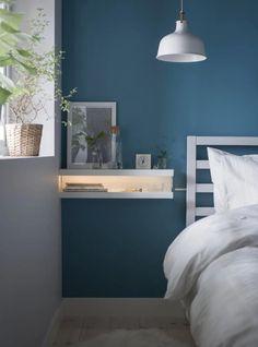Wil je eens wat anders dan een standaard nachtkastje? De IKEA MOSSLANDA wandplanken zijn hier handig voor!   The IKEA MOSSLANDA ledges are perfect for a pretty nightstand #ikea #hack #mosslanda #diy   Eigen Huis en Tuin