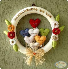 GUIRLANDA MANDAMENTOS DO LAR #artesanato #guirlanda #mandamentos #mandamentosdolar #passoapasso #pap Wreaths And Garlands, Door Wreaths, Diy And Crafts, Paper Crafts, Felt Fabric, Love Gifts, 4th Of July Wreath, Christmas Ornaments, Summer Wreath