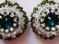 Rivoli Swarovski smaragdovej farby, obšívaný superduo priehľadnými korálkami a zelenými korálkami.