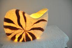 Wunderschöner Nautilus, gefilzt und nahtlos, bestückbar mitLeuchtmittel wie Lichterkette oder oder. Ich verwende eine Akkubeladbare Lichterkette, somit fällt das lästige und unökologische Kaufen...                                                                                                                                                                                 Mehr