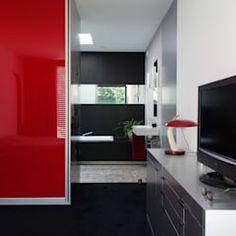 This home is industrial chic like we've never seen! Come see how a home arranged in one floor manages to look so cool. Modern Wall, Modern Bathroom, Modern Living, Contener House, Glass House, Industrial Chic, Home Projects, Beach House, Bungalow