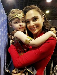 What a Gal: I love the picture, Gal Gadot and her little Wonder Woman Gal Gadot Wonder Woman, Wonder Woman Movie, Wonder Woman Pictures, Dc Comics, Linda Carter, Beautiful People, Beautiful Women, Female Superhero, Hollywood Celebrities