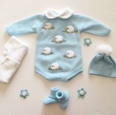 Best 12 Plain overalls with handmade balls and buttons on the back and crotch. Ref: See the color catalog here. Knitted Baby Clothes, Knitted Romper, Baby Sweater Knitting Pattern, Baby Knitting, Baby Outfits Newborn, Baby Boy Outfits, Fashion Kids, Royal Baby Boys, Cute Outfits For Kids