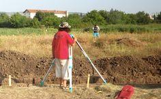 Ziua 5: Tibi Nica luând măsurători pentru deschiderea celui de-al doilea şanţ.