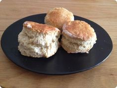 Des scones parfaits...  R ien que ça.     J'en ai testé des recettes de scones, trouvées ça et là sur des sites et des blogs français et an... Biscuit Cake, Biscuit Recipe, Croissants, British Cake, Healthy Scones, Southern Biscuits, Sweet Cooking, Brunch Recipes, Bakery