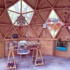 La versatilidad de la madera aplicada en un domo sustentable Geodesic Dome Greenhouse, Geodesic Dome Homes, Casa Octagonal, Cabana, Crazy Houses, Weird Houses, Bubble House, Yurt Home, Eco Cabin