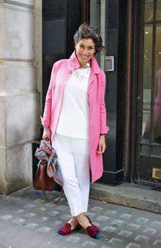 Casaco rosa sobre base branca
