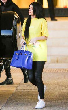 Kylie Jenner from The Big Picture: Hoje Hot Pics  A personalidade da TV é visto fazendo compras com os amigos em uma t-shirt amarela, perneiras de couro e saco azul Hermès Birkin.