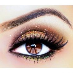 Glitter eye makeup is such a fun way to add an extra bit of magic to your wedding look! +18 More Dazzling Glitter Wedding Ideas