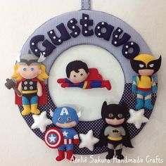 Guirlanda Porta de Maternidade tema Super Heróis para o Gustavo Felt Mobile, Baby Mobile, Felt Crafts, Diy And Crafts, Crafts For Kids, Felt Fabric, Fabric Dolls, Quilting Projects, Sewing Projects