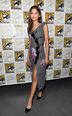 Zendaya Coleman Embroidered Dress - Zendaya Coleman attended the Marvel Studios panel during Comic-Con wearing a floral-embroidered gray dress by Kenzo. Zendaya Coleman, Celebrity Shoes, Celebrity Outfits, Celebrity Style, Jennifer Aniston, Kenzo, Moda Zendaya, Spiderman Cast, Comic Con Outfits