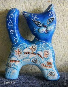 А этого кота мне зима навеяла. На просторах интернета ещё летом видела фигурки керамических  кошек с зимними пейзажиками. К сожалению, не сделала закладку. А мой кот из теста. Внутрь вставила заготовку из пенопласта. Красила гуашью и белым контуром по стеклу и керамике. Фигурка 12 см высотой.