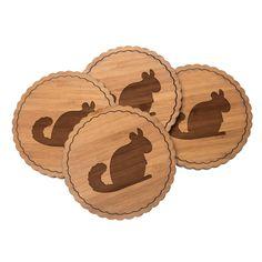 4er Set Untersetzer Rundwelle Chinchilla aus Bambus  Natur - Das Original von Mr. & Mrs. Panda.  Diese runden Untersetzer als 4er Set mit einer wunderschönen Wellenform sind ein besonderes Highlight auf jedem Esstisch. Jeder Gläser Untersetzer wurde mit viel Liebe handgefertigt und alle unsere Motive sind mit besonders viel Hingabe von unserer Designerin gestaltet worden. Im Set sind jeweils 4 Untersetzer enthalten.    Über unser Motiv Chinchilla  Chinchillas sind Nagetiere und lieben…