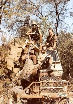 Military personnel of the defence forces of South Africa pose in Buffel armoured personnel carrier. Military Life, Military History, Military Art, Military Personnel, Military Vehicles, West Africa, South Africa, Sniper Training, Army Day