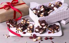 """Det finnes mange historier om hvorfor blandingen av sjokolade, marshmallows og nøtter skal hete """"rocky road"""" (vanskelig vei), men vi nøyer oss med å konstatere at den klassiske blandingen holder hele veien inn! Husk at sjokoladen trenger tid i kjøleskap for å stivne."""