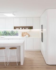 Home goals! Living here would be a dream! Looks so peaceful and cozy. Save this pin as inspiration for your future house 😍 modern home interior design Kitchen Cabinets Decor, Kitchen Interior, Home Interior Design, Home Renovation, Home Remodeling, Log Home Kitchens, Home Remodel Costs, Minimalist Kitchen, Cuisines Design