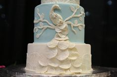 This beautiful blue & white peacock wedding cake is outstanding! Orlando Wedding vendors are absolutely amazing. Come meet them at the next Orlando PWG Wedding Show! #weddingcake #peacockwedding #weddingstyle #orlandobride