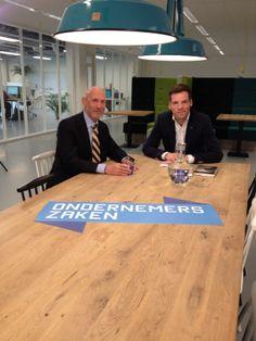 Interviewer Maarten Bouwhuis en communicatiestrateeg Hans Ruinemans aan tafel, vlak voor de tv-opname van het programma OndernemersZaken. Thema van de uitzending was interne en externe communicatie. Uitgezonden op televisie via RTL7 en RTLZ op 11, 13, 14 en 15 mei 2014.