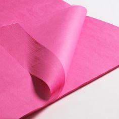 Säurefreies Seidenpapier, 50 x 75 cm (Pink/gerollte Bögen). Ideal für die langfristige Aufbewahrung von empfindlichen und hochwertigen Kleidungsstücken, z.B. Hochzeitskleidern, Abendkleidern o.ä.  Das Papier bietet ebenfalls einen praktischen Schutz für alle Schubladen sowie Innenflächen von Schränken. Gewicht: 17g/qm. Mindestabnahme: 10 Stück/gestaffelter Stückpreis.