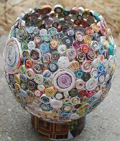 Artesa recicla todo tipo de revistas, las corta en tiras, las enrolla creando círculos de distintos tamaños, que después pega uno a uno. El proceso es tardado y tedioso, pero vale la pena; sino mira estos increíbles cestos y animate a hacer los tuyos para decorar algún lugar especial.