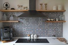 mozaika biało-czarna z fugą brązową, blaty białe