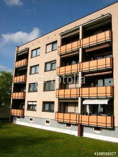Gebäudekomplex mit Eigentumswohnungen und sanierter Fassade und neuen Balkons in Großauheim am Main bei Hanau